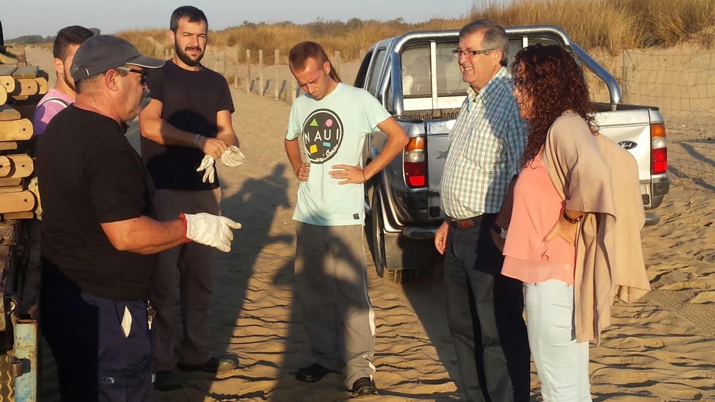 El Ayuntamiento procede a la recogida del material de playas tras la finalización de la temporada estival