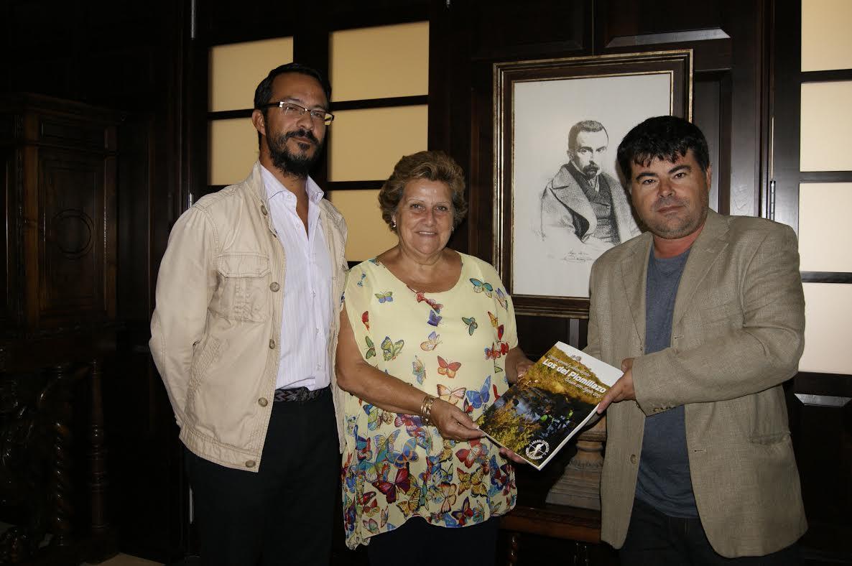 El autor isleño Antonio J. Cárdenas Rojas dona a la Biblioteca Municipal un ejemplar de su último trabajo