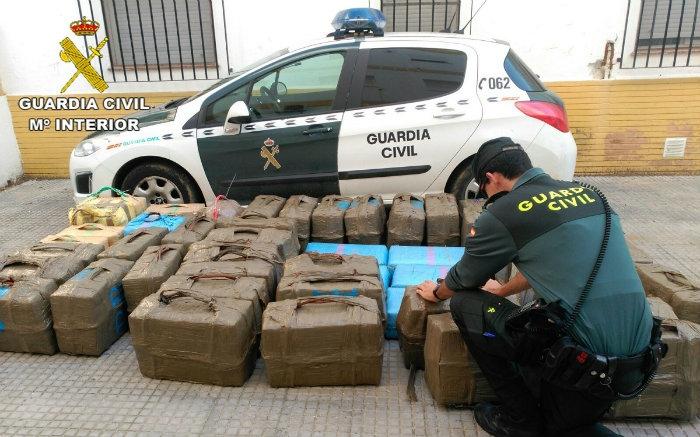 Detienen a las dos personas que llegaron al puerto de Isla Cristina con 1.800 kilos de hachís en un barco pesquero
