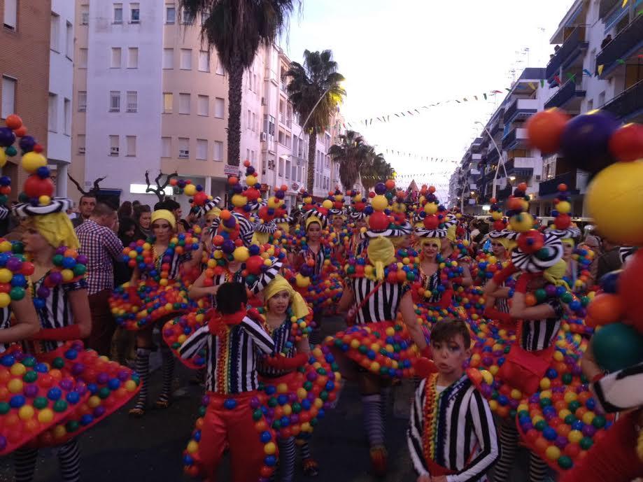 La Cabalgata 2016 de Isla Cristina llena de papelillos y serpentinas las calles de la ciudad