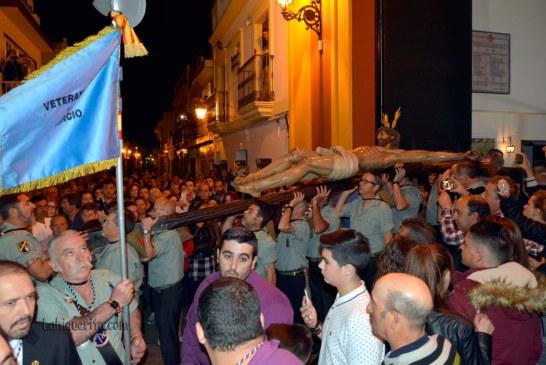 Vía Crucis del Santísimo Cristo de la Buena Muerte de Isla Cristina portado por legionarios y levantadas de honor