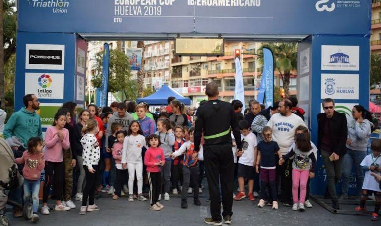Medio millar de personas, y más de un centenar de niñas y niños participan en Music Run Huelva 2019