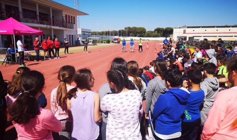 Sara Guerrero, Cecilia Santamaría David Castro, con los jóvenes deportistas de Huelva