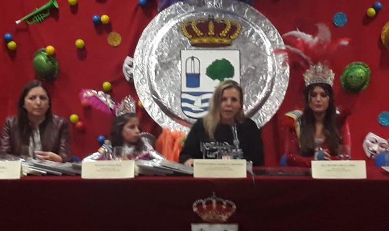 Entrega de los premios institucionales del Carnaval de Isla Cristina, premio Manolo Cabot de la Peña 'Los Mesonero' y premio Chulapo de Oro de la Peña 'Los Chulapos'