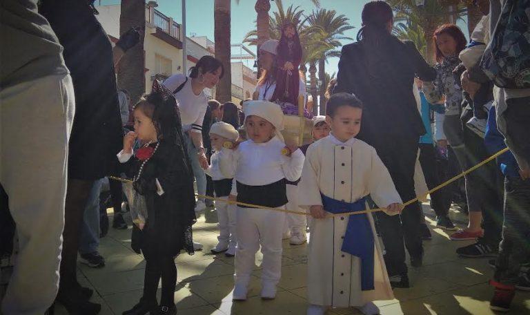 Las Escuelas Infantiles de Isla Cristina celebran el Viernes de Dolores con una procesión a su medida