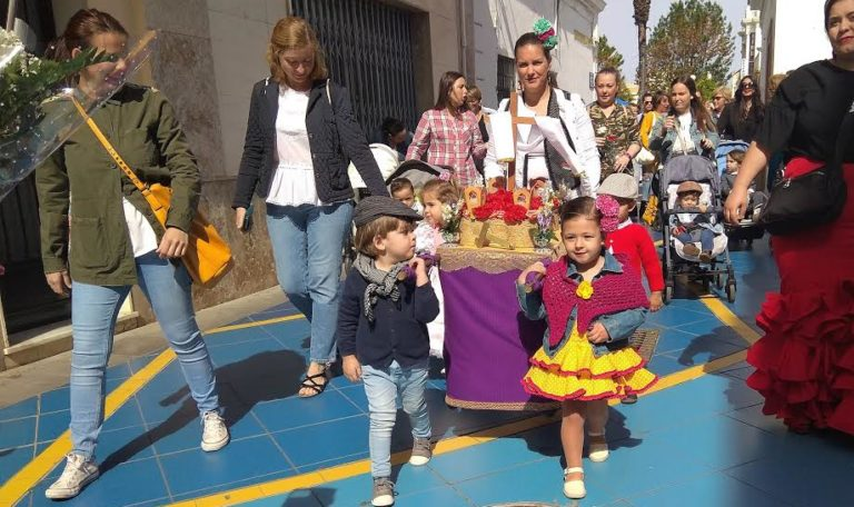 La celebración de Cruz de Mayo reúne a los pequeños de las Escuelas Infantiles de Isla Cristina