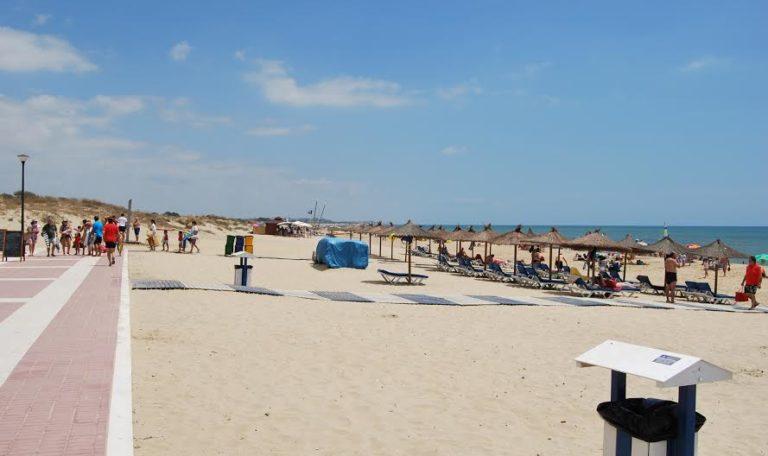 La Alcaldesa de Isla Cristina garantiza la calidad de las playas a pesar de la falta de banderas azules